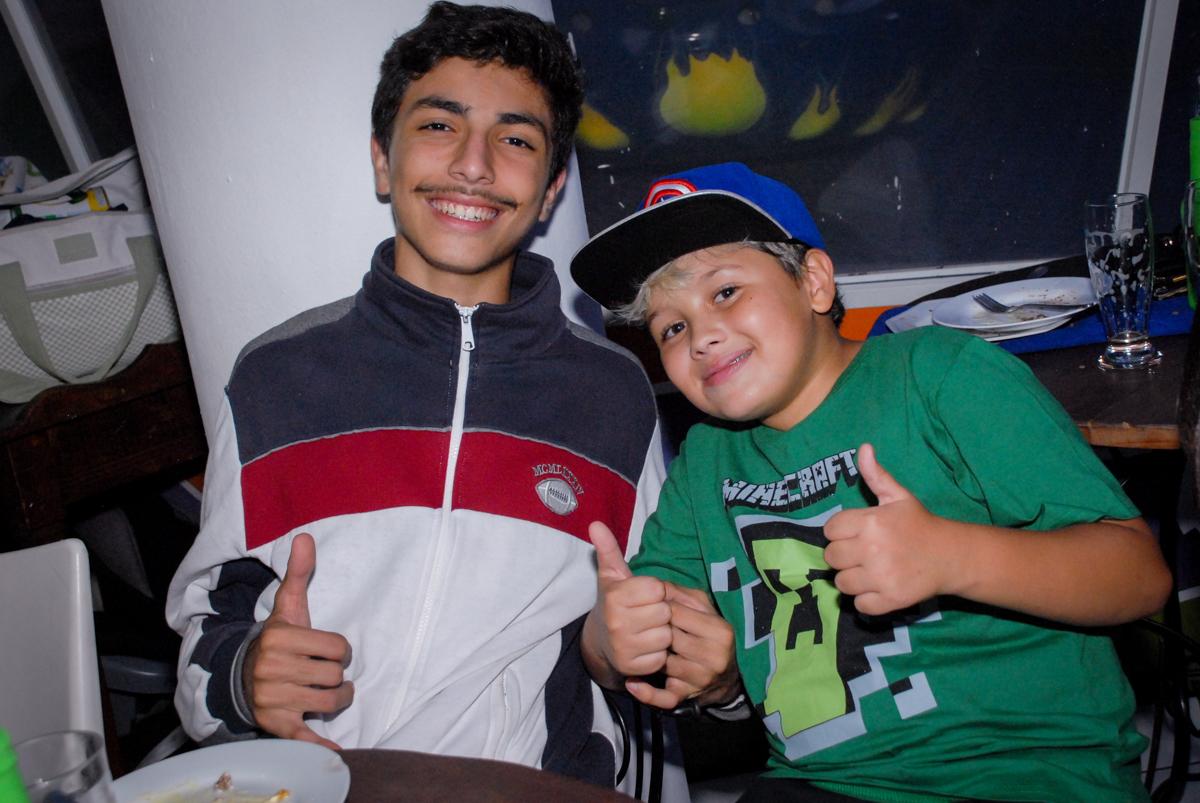 foto com o amigo na Festa infantil, festa de Vinícius 10 anos tema da mesa minicraft, no Buffet Fábrica da Alegria, Morumbi,SP
