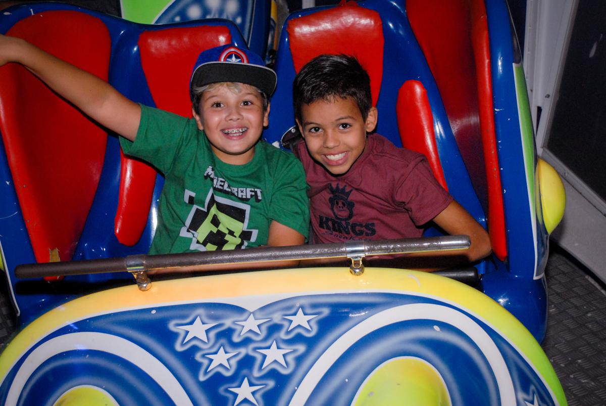 final de festa na Festa infantil, festa de Vinícius 10 anos tema da mesa minicraft, no Buffet Fábrica da Alegria, Morumbi,SP