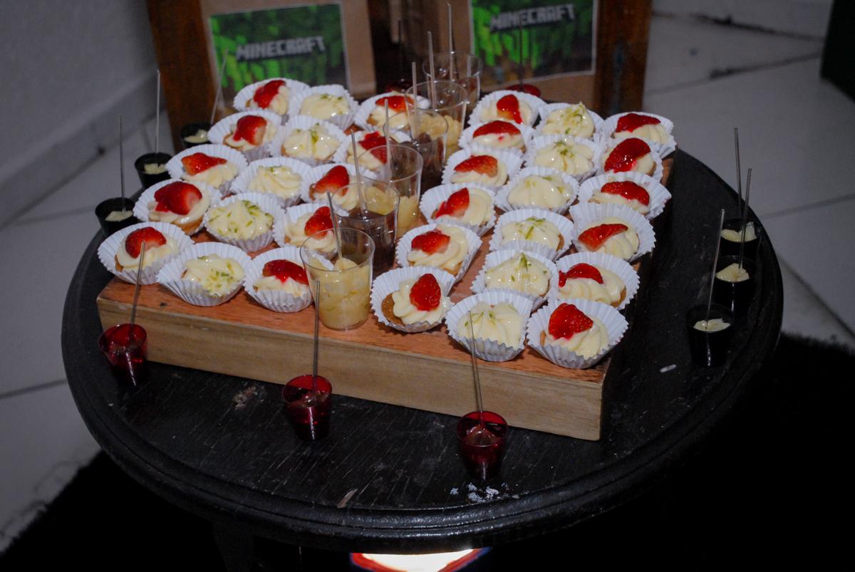 doces finos na Festa infantil, festa de Vinícius 10 anos tema da mesa minicraft, no Buffet Fábrica da Alegria, Morumbi,SP