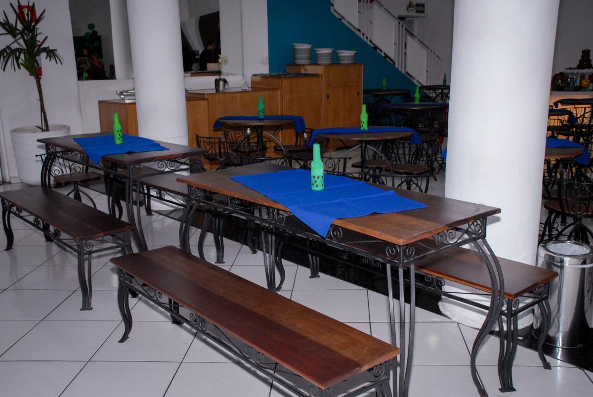 mesa decorada na Festa infantil, festa de Vinícius 10 anos tema da mesa minicraft, no Buffet Fábrica da Alegria, Morumbi,SP