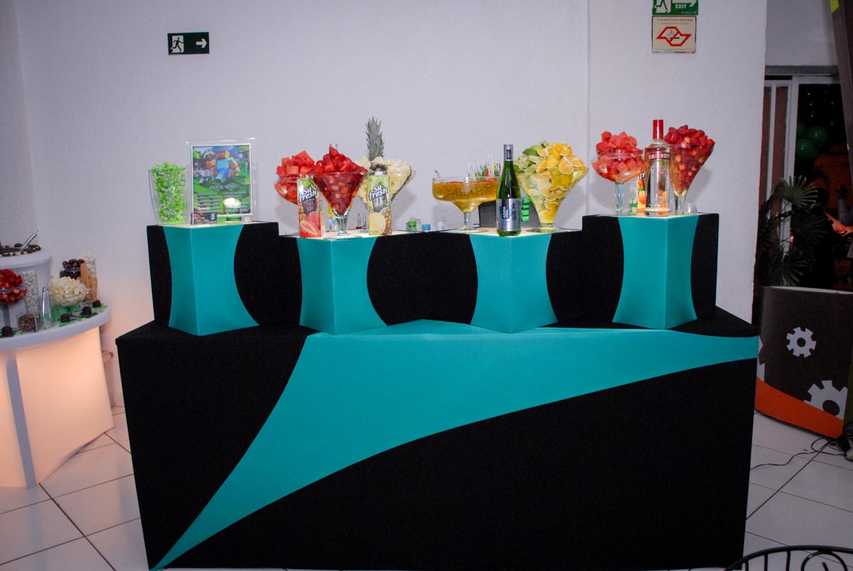 Star bar mesa de drinks na Festa infantil, festa de Vinícius 10 anos tema da mesa minicraft, no Buffet Fábrica da Alegria, Morumbi,SP