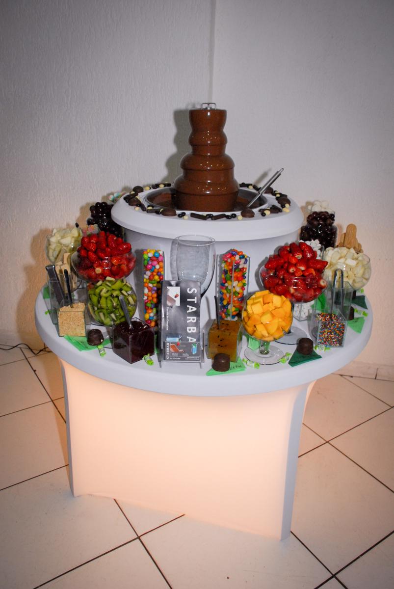 mesa de frutas foundi na Festa infantil, festa de Vinícius 10 anos tema da mesa minicraft, no Buffet Fábrica da Alegria, Morumbi,SP