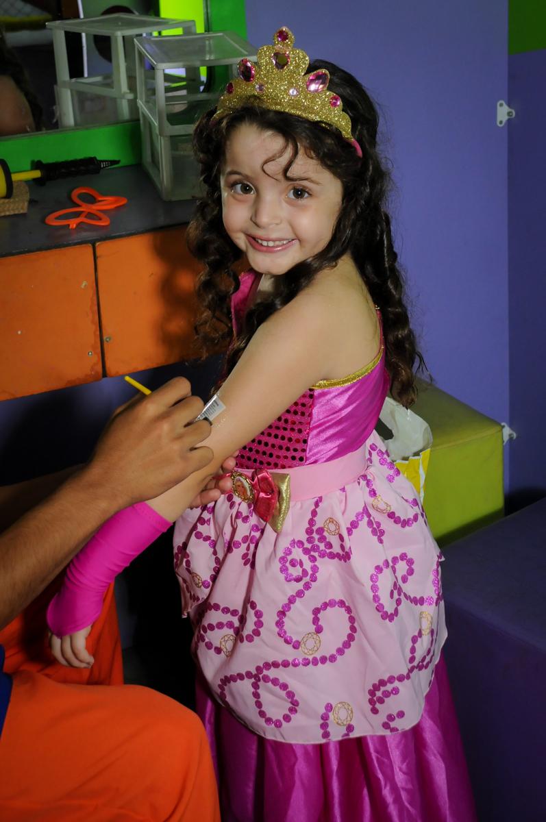 hora de fazer a pintura no Buffet Gato Sapeca, Osasco, SP, festa de aniversário, Inês 5 anos, tema da festa princesas.