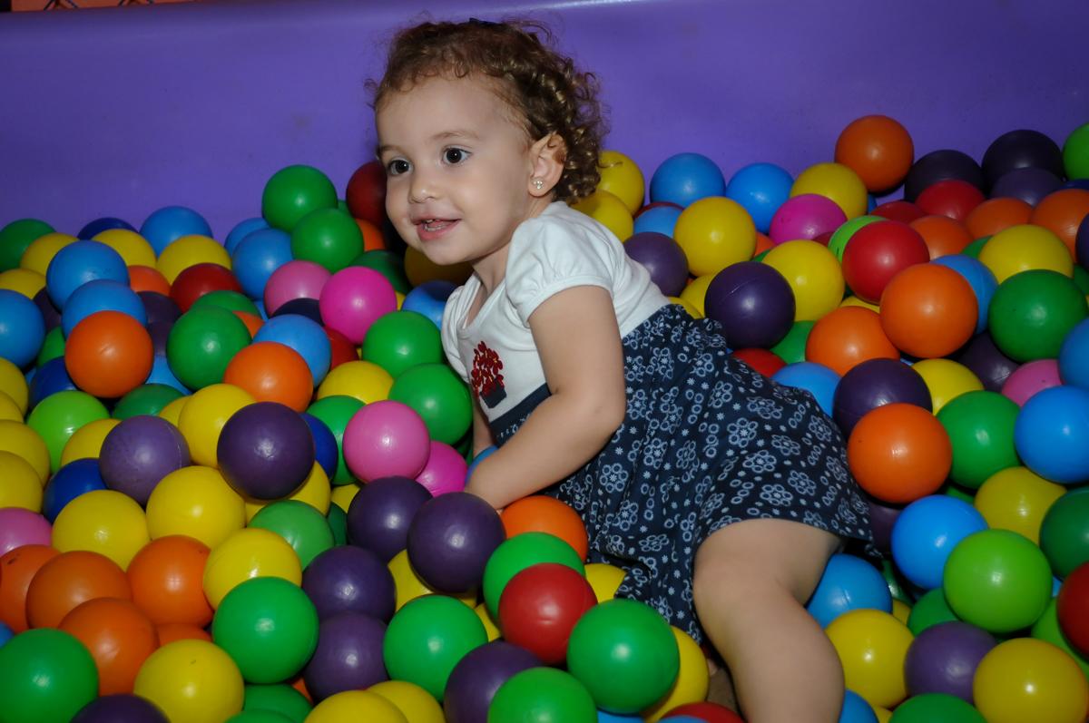 brincadeira na piscina de bolinha no Buffet Gato Sapeca, Osasco, SP, festa de aniversário, Inês 5 anos, tema da festa princesas.