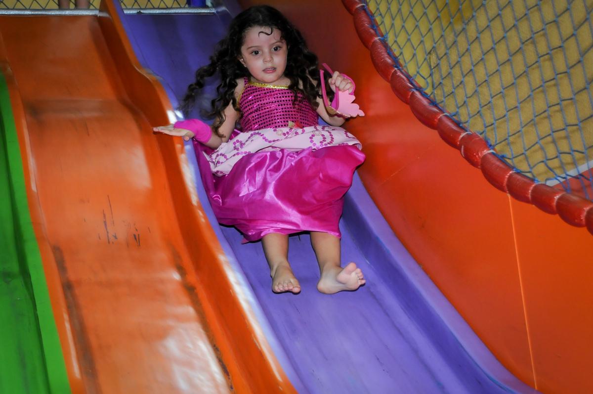 aniversariante no escorregador no Buffet Gato Sapeca, Osasco, SP, festa de aniversário, Inês 5 anos, tema da festa princesas.