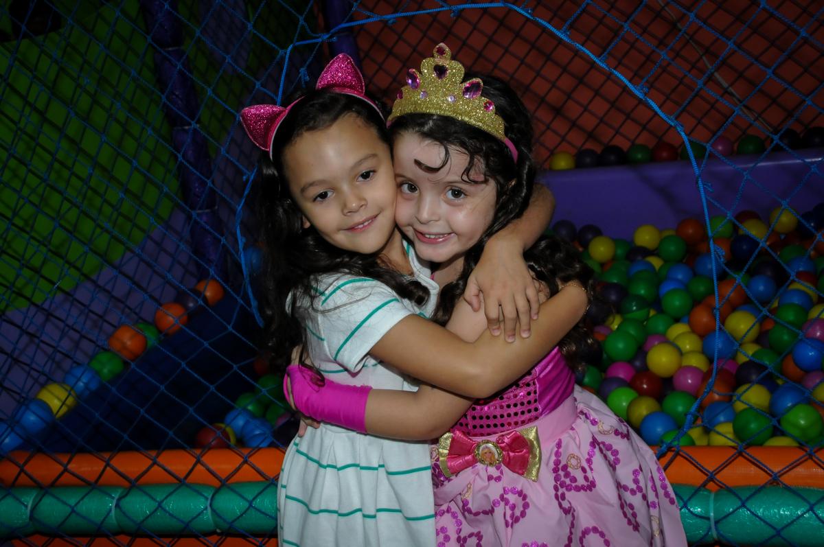 abraço gostoso das amigas no Buffet Gato Sapeca, Osasco, SP, festa de aniversário, Inês 5 anos, tema da festa princesas.
