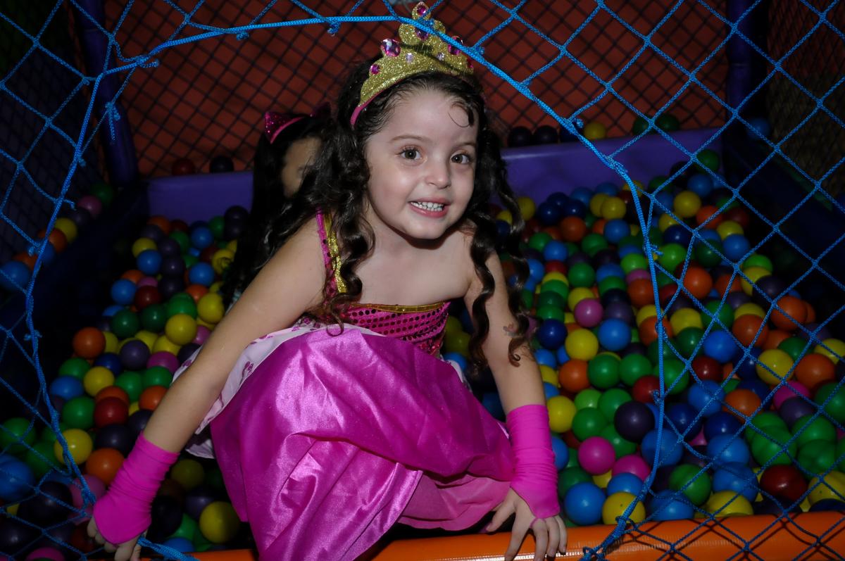 Inês brinca na piscina de bolinha no Buffet Gato Sapeca, Osasco, SP, festa de aniversário, Inês 5 anos, tema da festa princesas.
