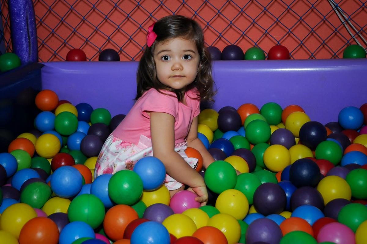mais brincadeiras na piscina de bolinha no Buffet Gato Sapeca, Osasco, SP, festa de aniversário, Inês 5 anos, tema da festa princesas.