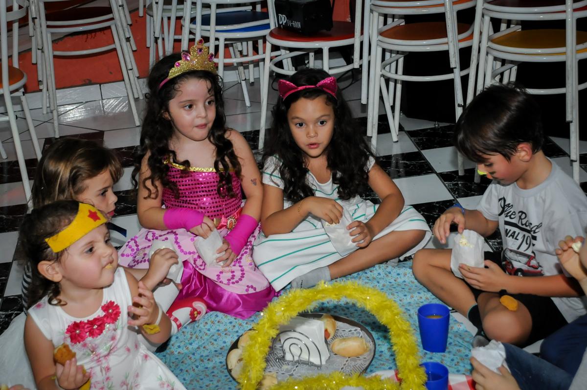hora do lanche no Buffet Gato Sapeca, Osasco, SP, festa de aniversário, Inês 5 anos, tema da festa princesas.