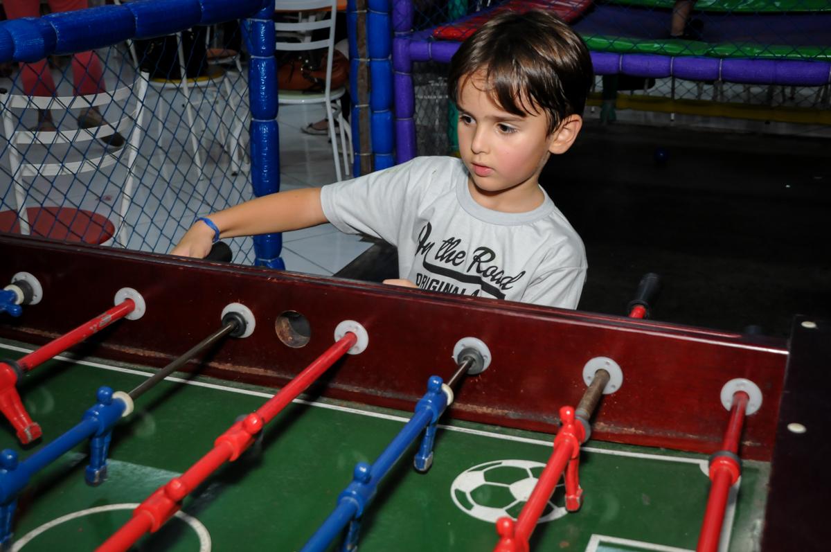brincando de futebol no Buffet Gato Sapeca, Osasco, SP, festa de aniversário, Inês 5 anos, tema da festa princesas.