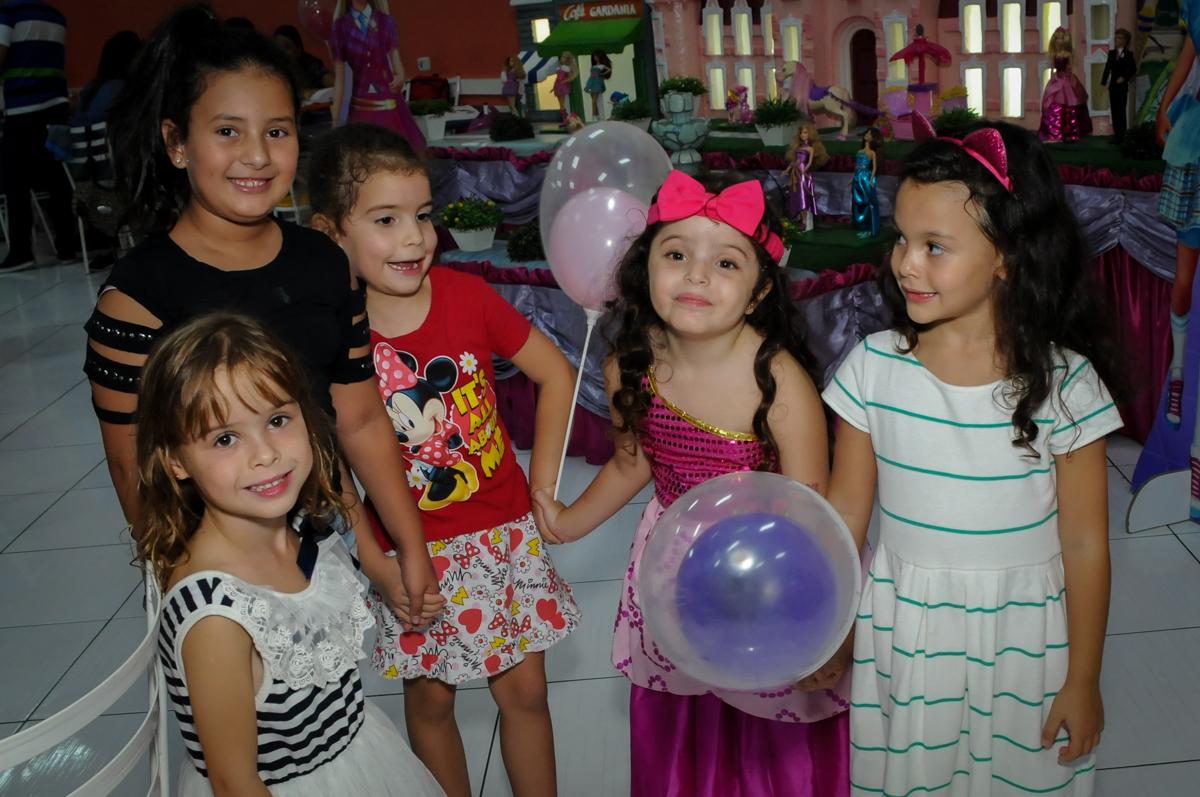 brincando com o balão no Buffet Gato Sapeca, Osasco, SP, festa de aniversário, Inês 5 anos, tema da festa princesas.