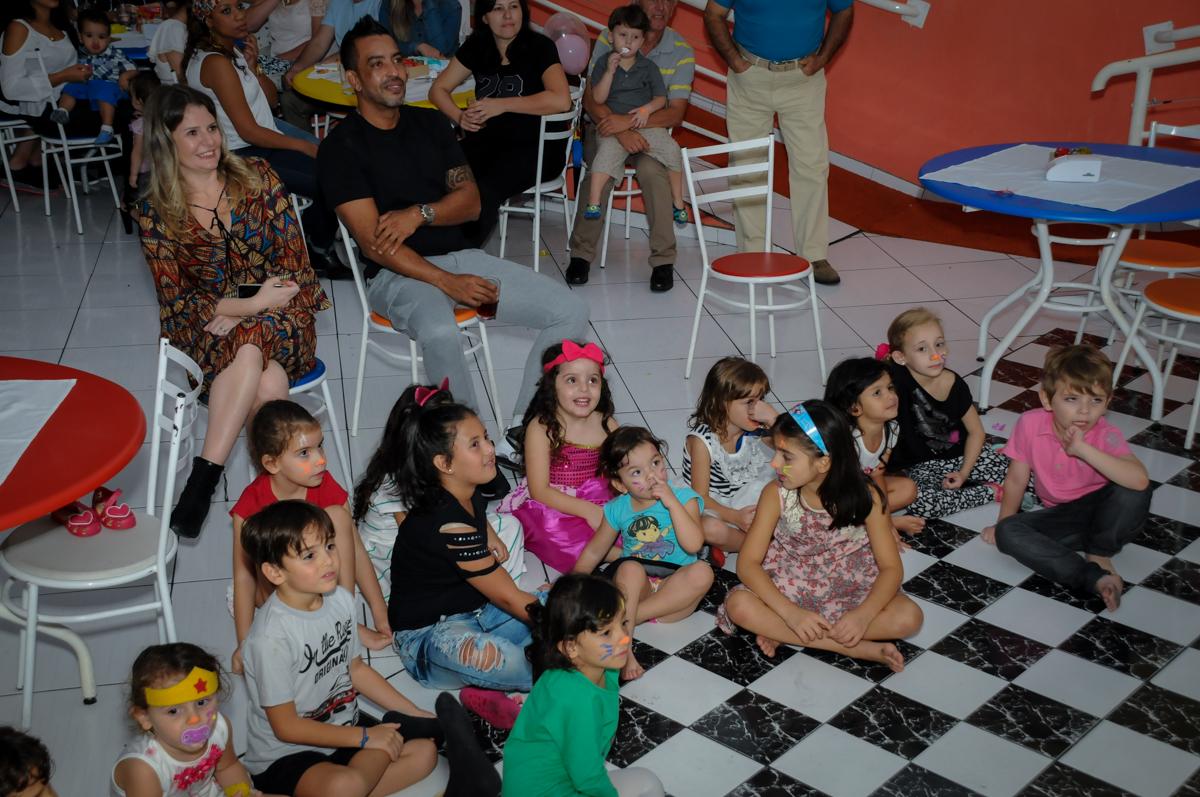 todos assistem a retrospectiva no Buffet Gato Sapeca, Osasco, SP, festa de aniversário, Inês 5 anos, tema da festa princesas.