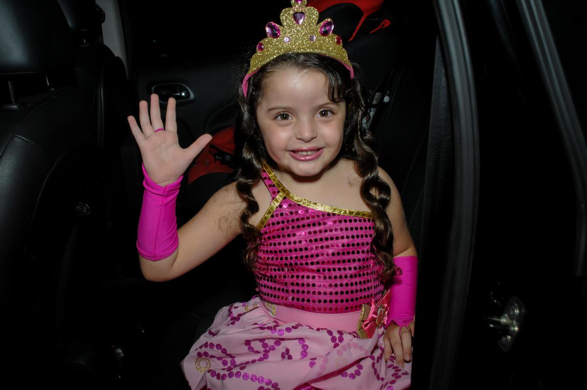 fotografia da aniversariante no Buffet Gato Sapeca, Osasco, SP, festa de aniversário, Inês 5 anos, tema da festa princesas.