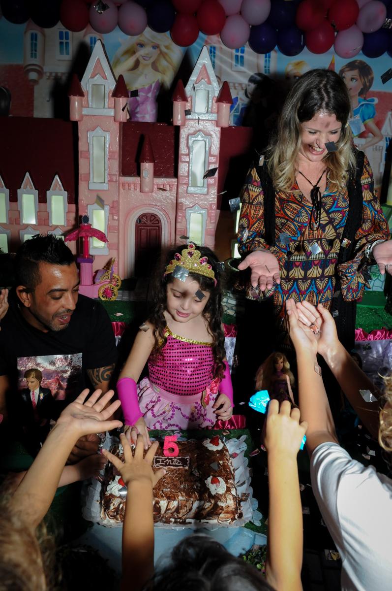 cantando parabéns no Buffet Gato Sapeca, Osasco, SP, festa de aniversário, Inês 5 anos, tema da festa princesas.