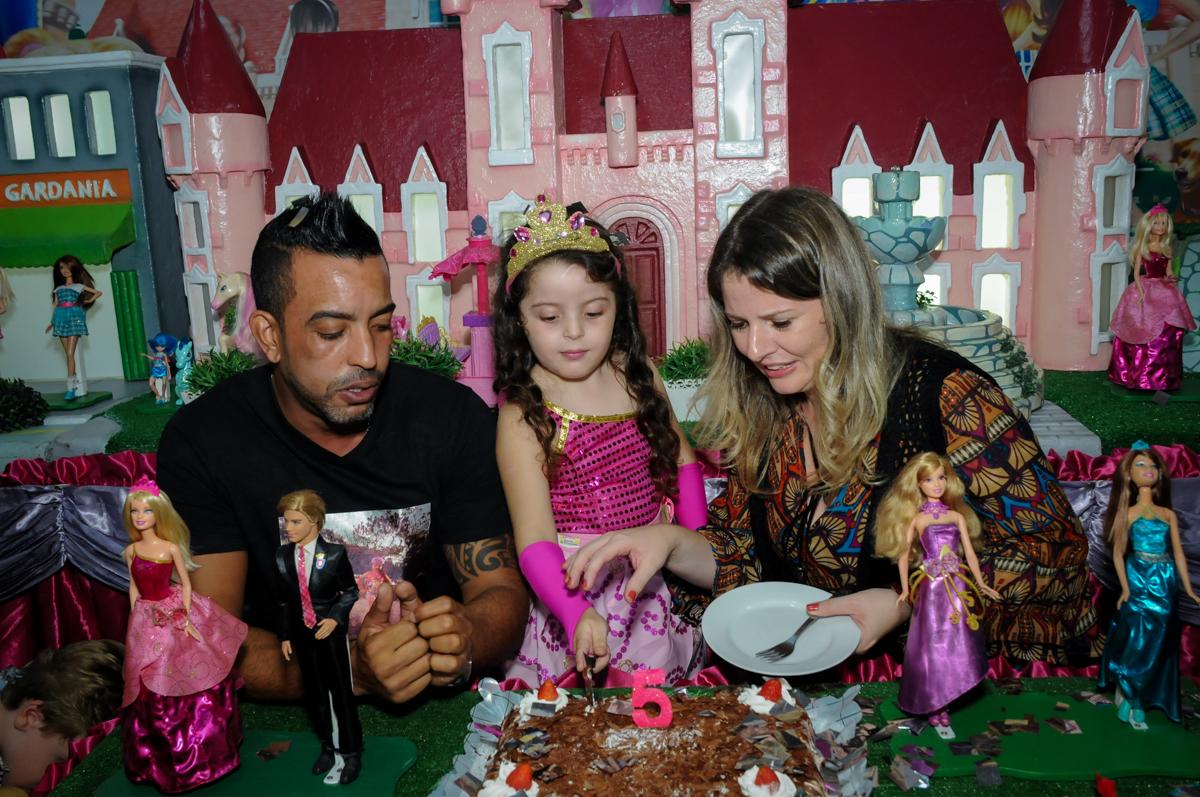 cortando o primeiro pedaço de bolo no Buffet Gato Sapeca, Osasco, SP, festa de aniversário, Inês 5 anos, tema da festa princesas.
