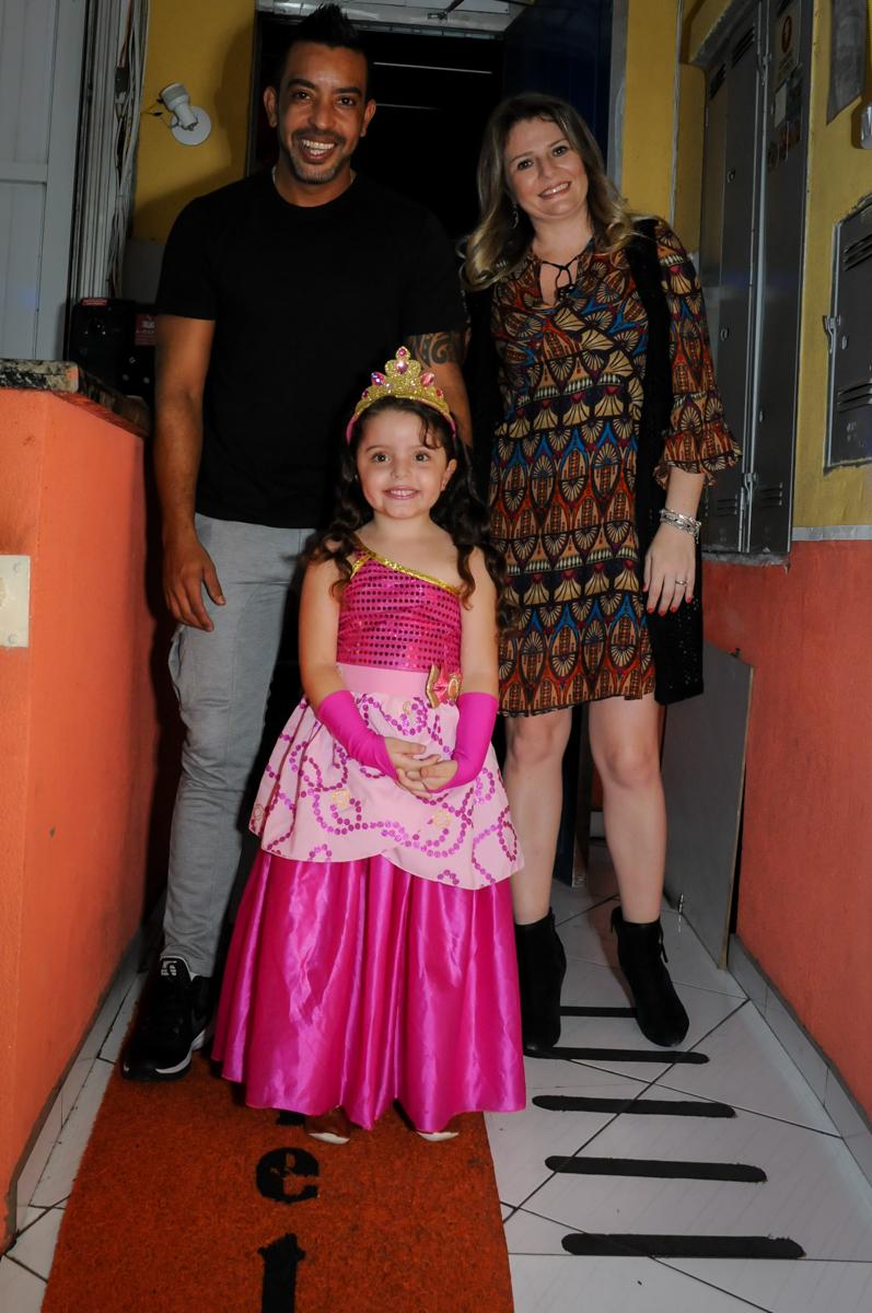 entrada da família para a festa no Buffet Gato Sapeca, Osasco, SP, festa de aniversário, Inês 5 anos, tema da festa princesas.