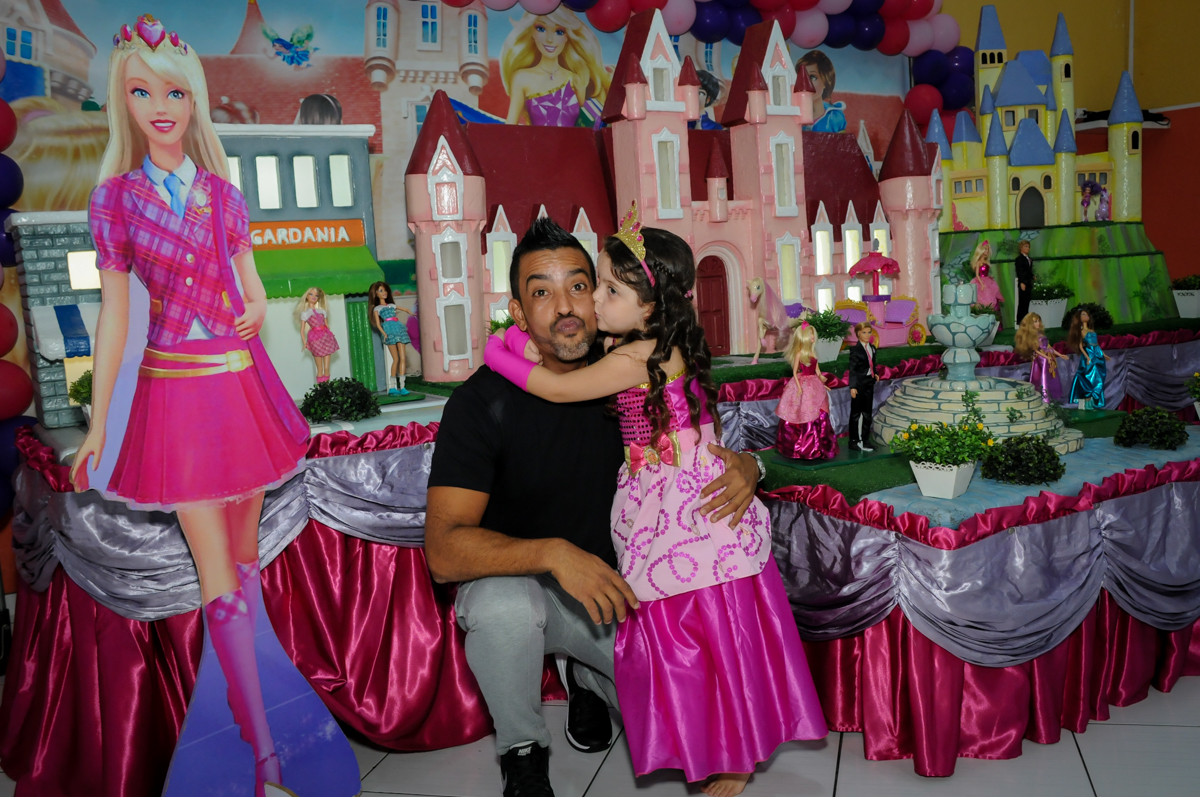 Fotografia pai e filha no Buffet Gato Sapeca, Osasco, SP, festa de aniversário, Inês 5 anos, tema da festa princesas.