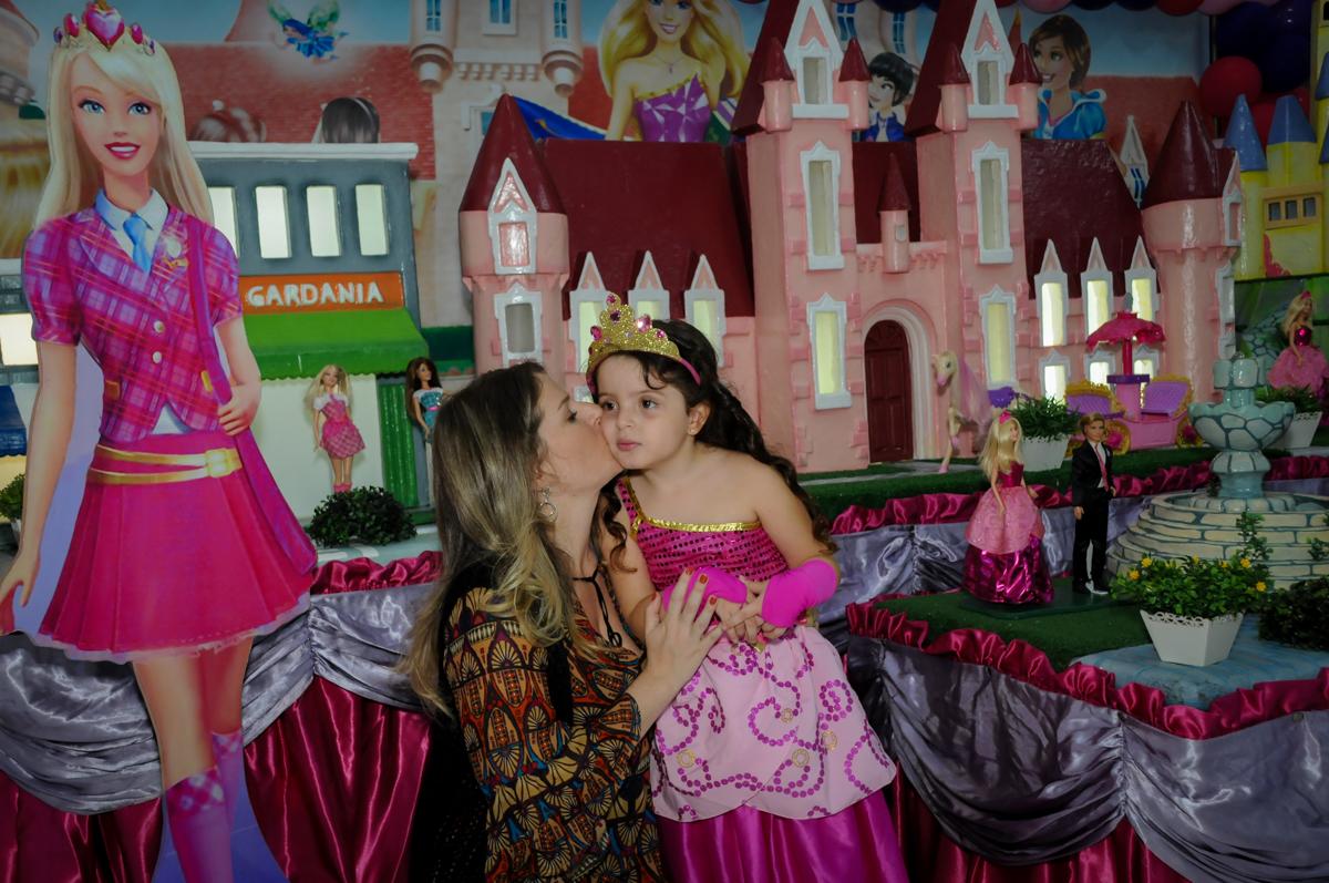 fotografia mãe e filha no Buffet Gato Sapeca, Osasco, SP, festa de aniversário, Inês 5 anos, tema da festa princesas.