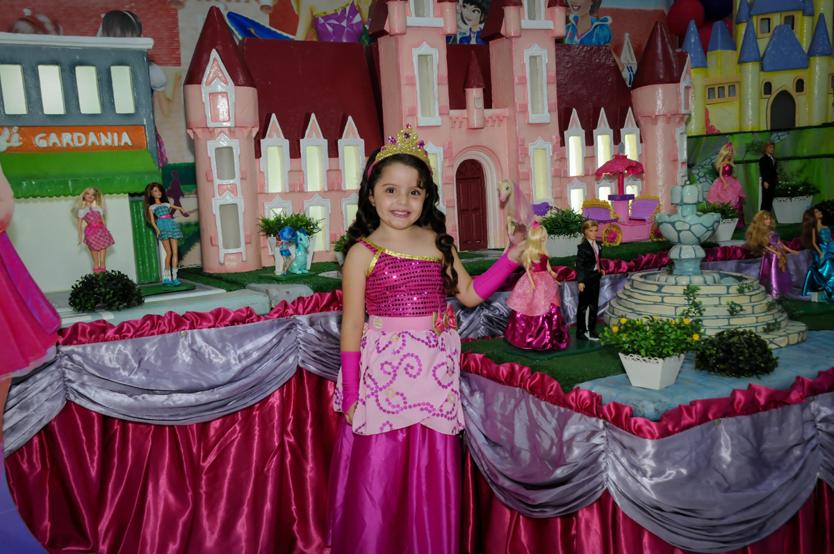 Pose para foto no Buffet Gato Sapeca, Osasco, SP, festa de aniversário, Inês 5 anos, tema da festa princesas.