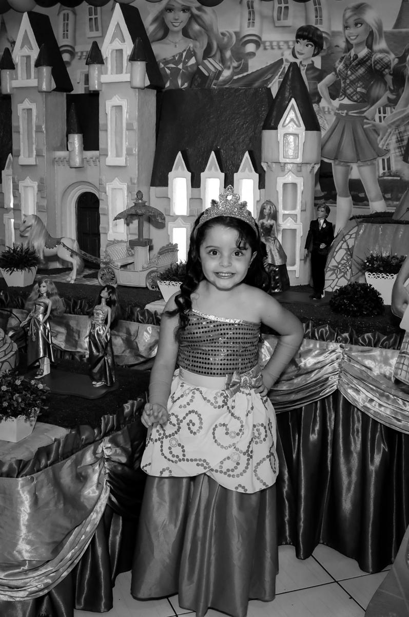 pose de princesa para a fotografia no Buffet Gato Sapeca, Osasco, SP, festa de aniversário, Inês 5 anos, tema da festa princesas.