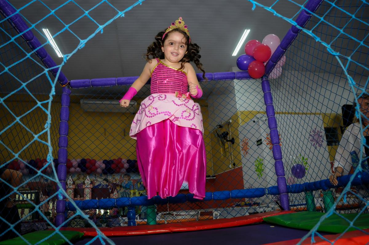 brincando no pula pula no Buffet Gato Sapeca, Osasco, SP, festa de aniversário, Inês 5 anos, tema da festa princesas.