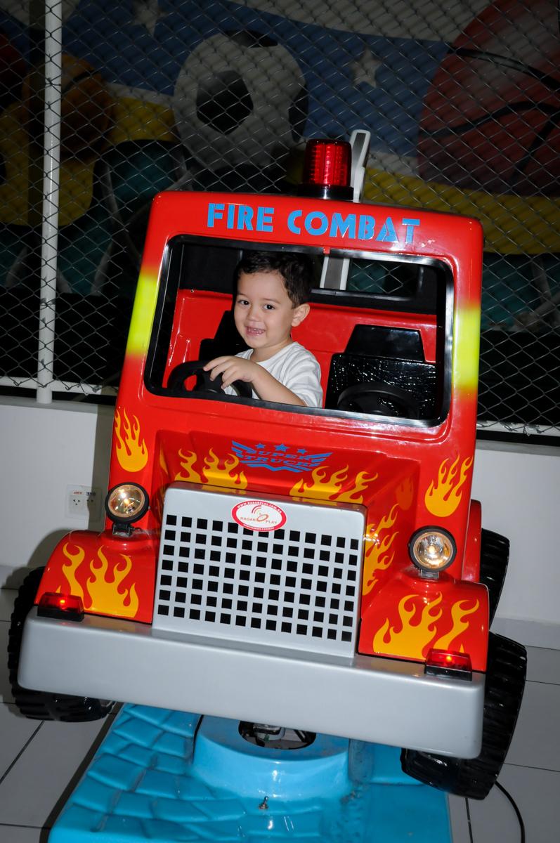 brincando no carrinho na FestaInfantil, fotografia infantil aniversário de Rafael 3 anos tema da festa Dinossauros no Buffet Mago Ra Tim Boom, Saúde, SP