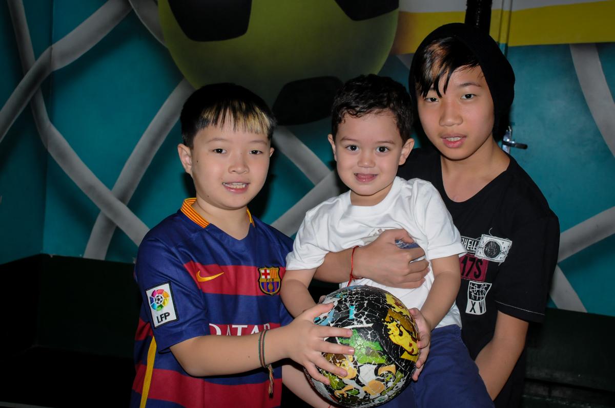 recebendo os amigos para a FestaInfantil, fotografia infantil aniversário de Rafael 3 anos tema da festa Dinossauros no Buffet Mago Ra Tim Boom, Saúde, SP
