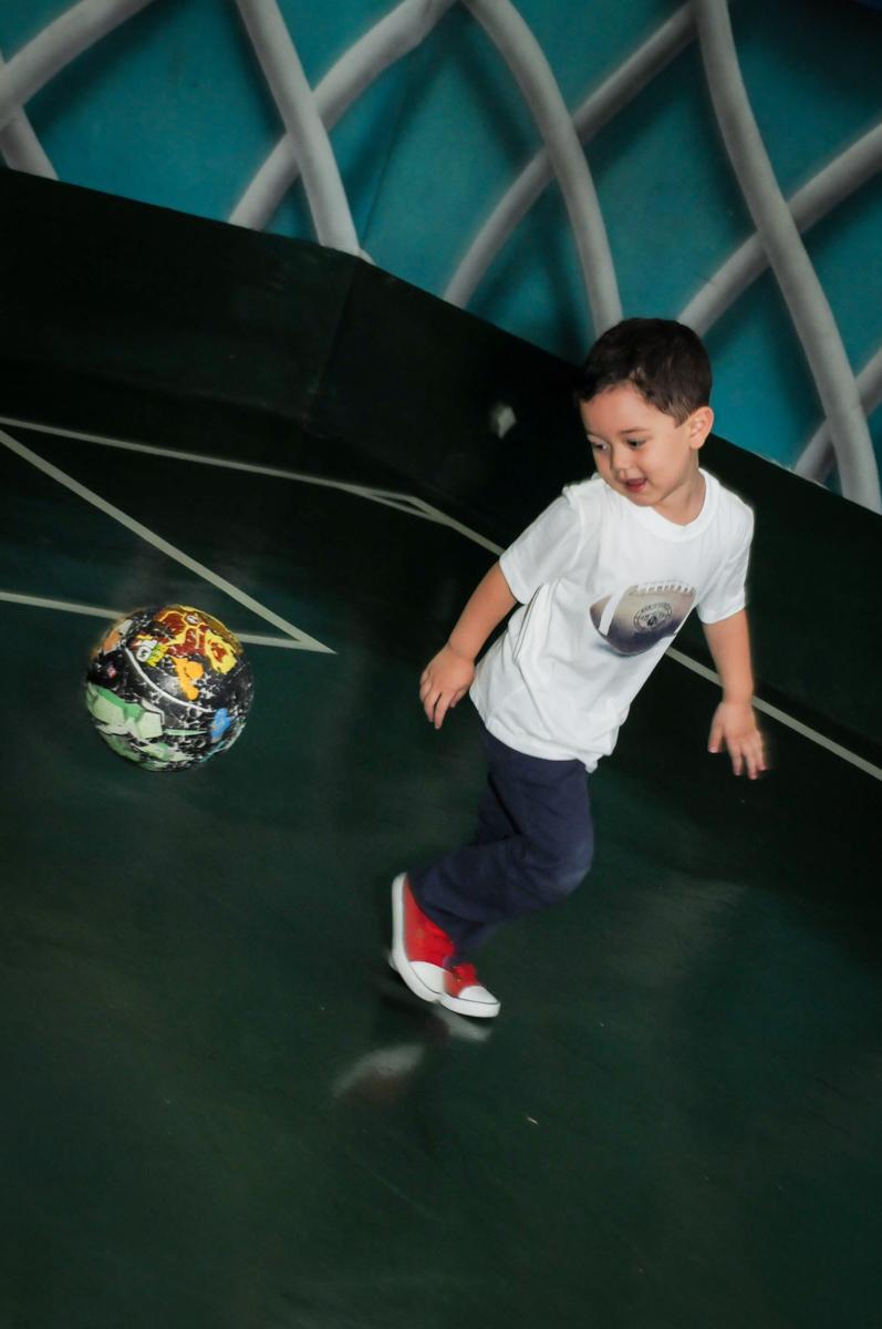 hora do futebol na FestaInfantil, fotografia infantil aniversário de Rafael 3 anos tema da festa Dinossauros no Buffet Mago Ra Tim Boom, Saúde, SP