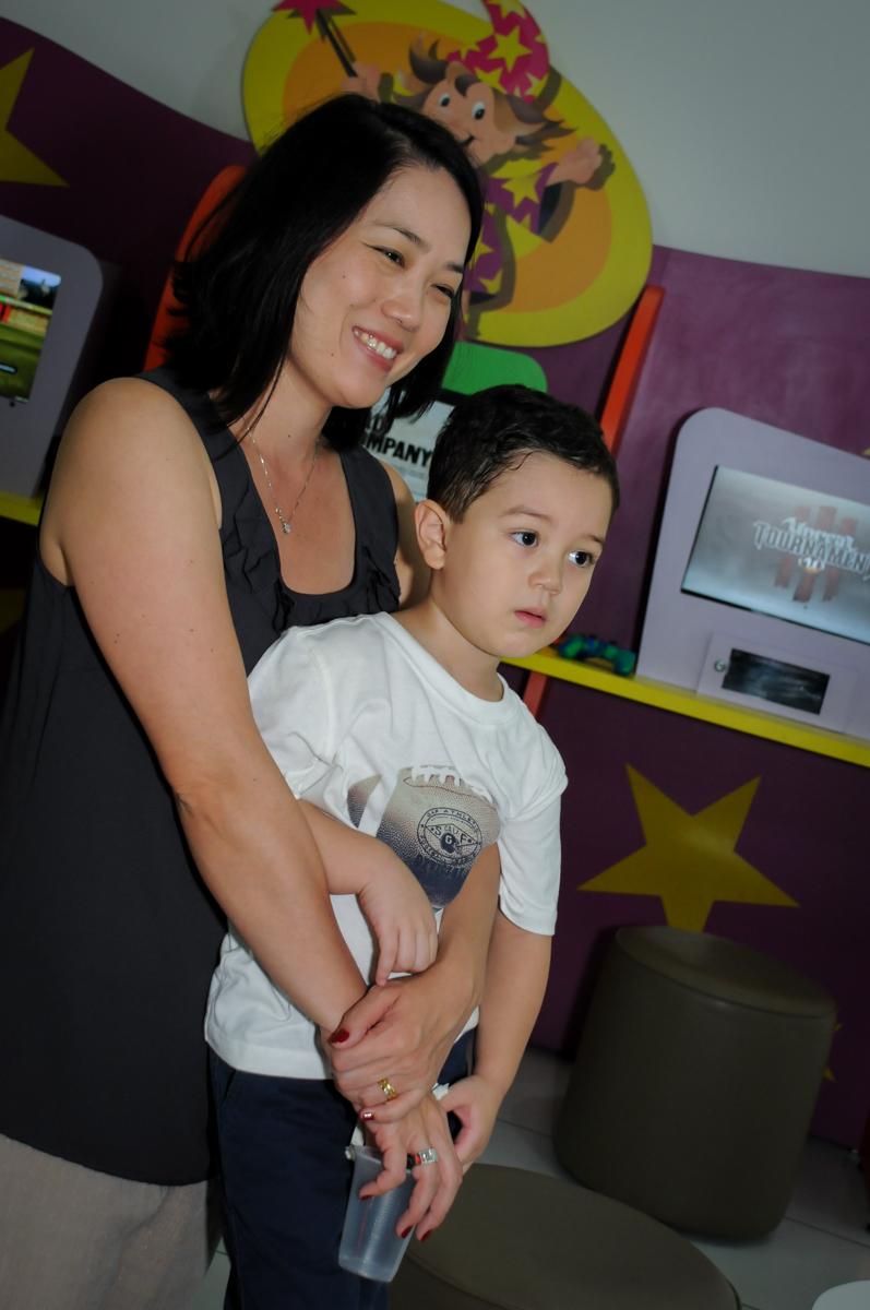 fotografia mãe e filho na FestaInfantil, fotografia infantil aniversário de Rafael 3 anos tema da festa Dinossauros no Buffet Mago Ra Tim Boom, Saúde, SP