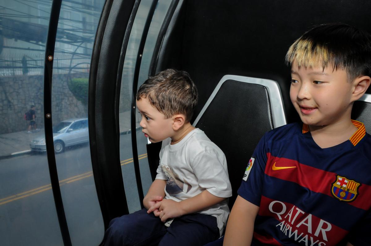 andando no trenzinho na FestaInfantil, fotografia infantil aniversário de Rafael 3 anos tema da festa Dinossauros no Buffet Mago Ra Tim Boom, Saúde, SP