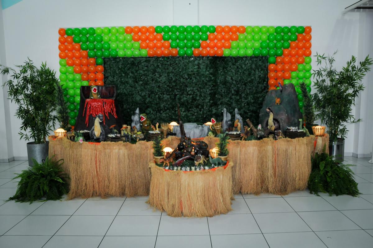 mesa decorada da FestaInfantil, fotografia infantil aniversário de Rafael 3 anos tema da festa Dinossauros no Buffet Mago Ra Tim Boom, Saúde, SP