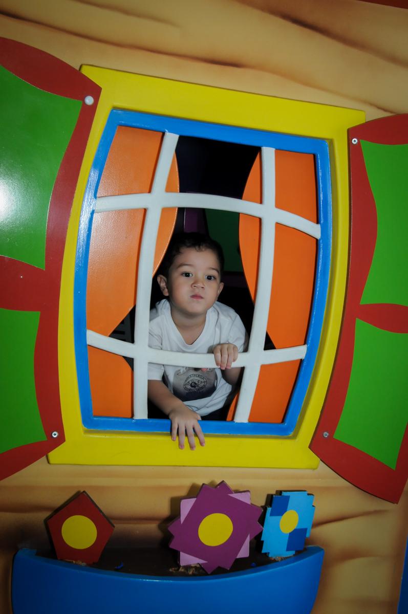 muito bom brincar na casinha no FestaInfantil, fotografia infantil aniversário de Rafael 3 anos tema da festa Dinossauros no Buffet Mago Ra Tim Boom, Saúde, SP