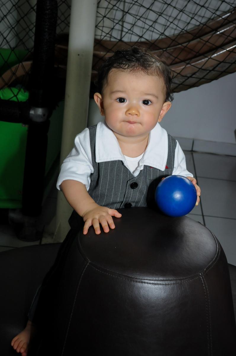 amiguinho posa para a foto na FestaInfantil, fotografia infantil aniversário de Rafael 3 anos tema da festa Dinossauros no Buffet Mago Ra Tim Boom, Saúde, SP