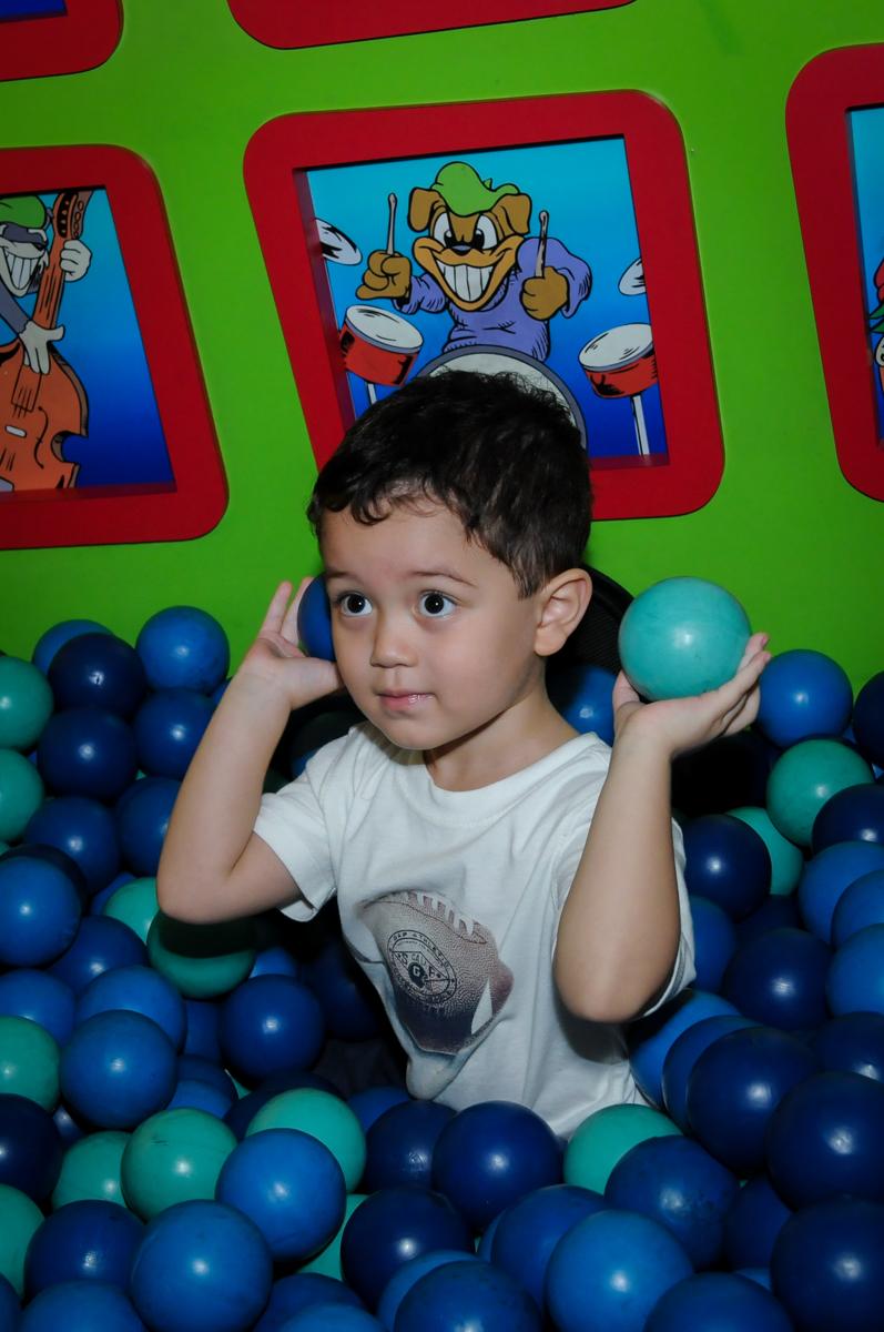 bom brincar na piscina de bolinha na FestaInfantil, fotografia infantil aniversário de Rafael 3 anos tema da festa Dinossauros no Buffet Mago Ra Tim Boom, Saúde, SP