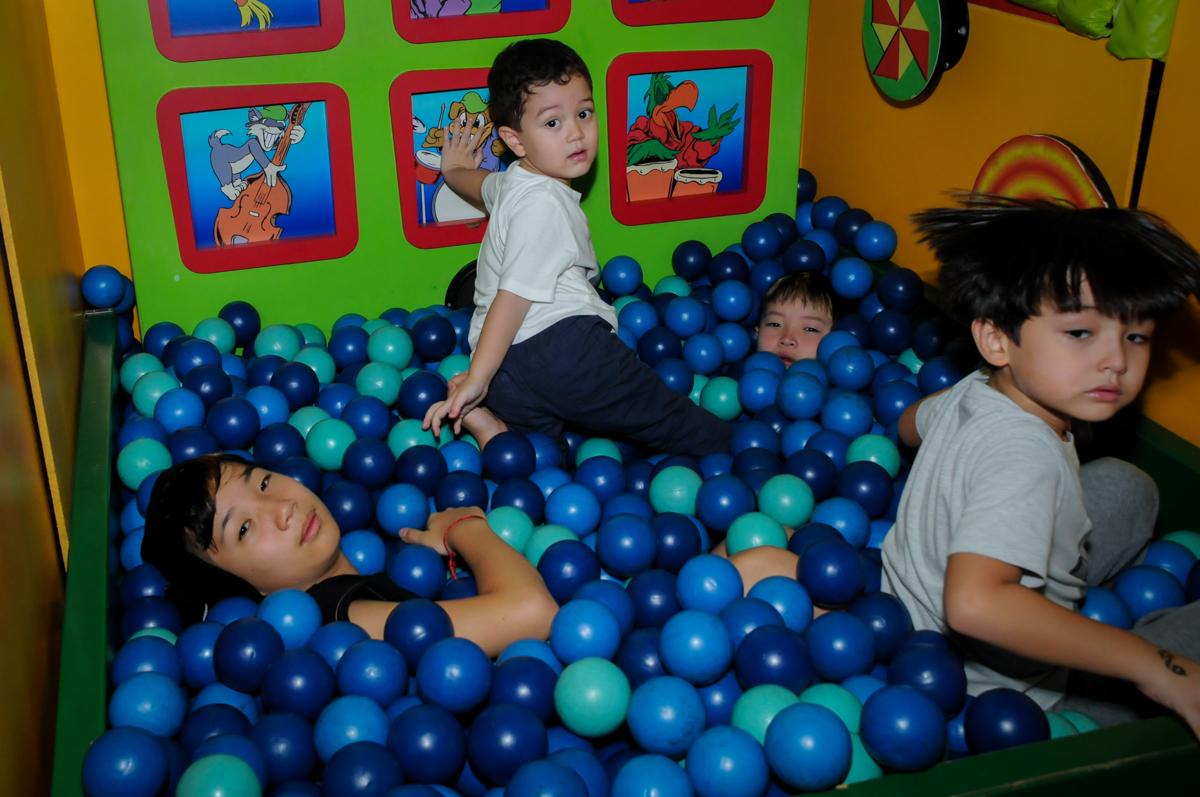 todos brincam na piscina de bolinha na FestaInfantil, fotografia infantil aniversário de Rafael 3 anos tema da festa Dinossauros no Buffet Mago Ra Tim Boom, Saúde, SP