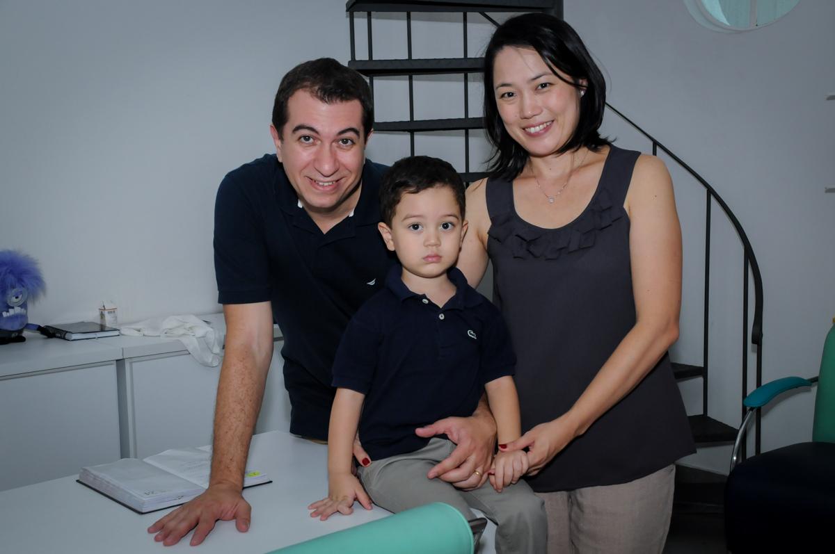preparando para o parabéns na FestaInfantil, fotografia infantil aniversário de Rafael 3 anos tema da festa Dinossauros no Buffet Mago Ra Tim Boom, Saúde, SP