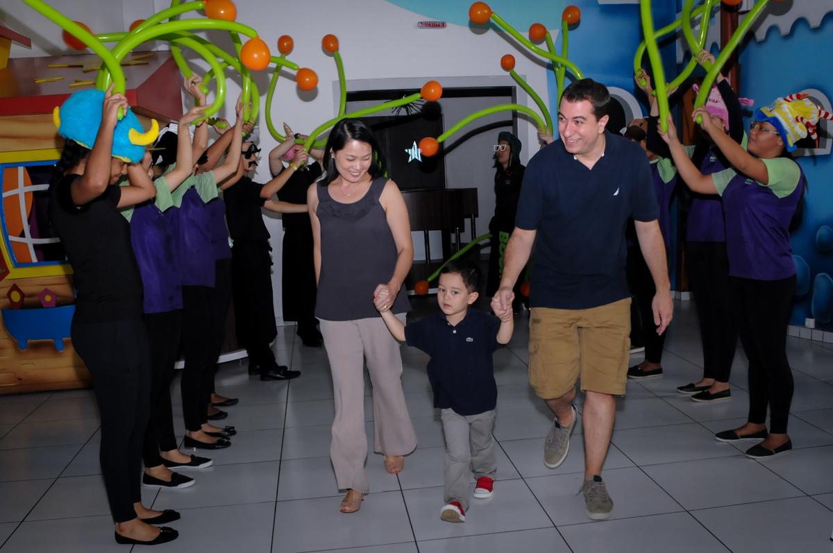 entrada para o parabéns na FestaInfantil, fotografia infantil aniversário de Rafael 3 anos tema da festa Dinossauros no Buffet Mago Ra Tim Boom, Saúde, SP
