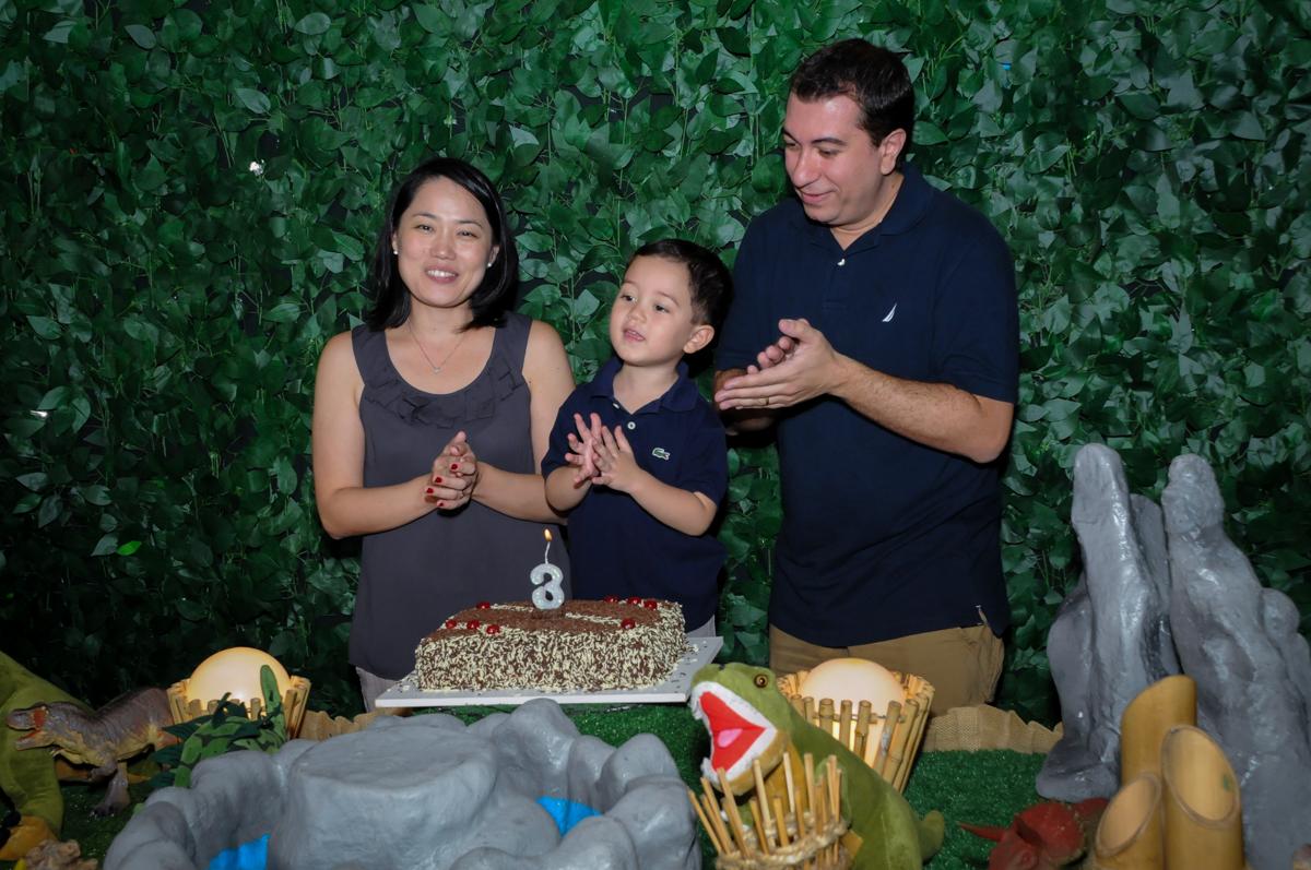 cantando parabéns na FestaInfantil, fotografia infantil aniversário de Rafael 3 anos tema da festa Dinossauros no Buffet Mago Ra Tim Boom, Saúde, SP