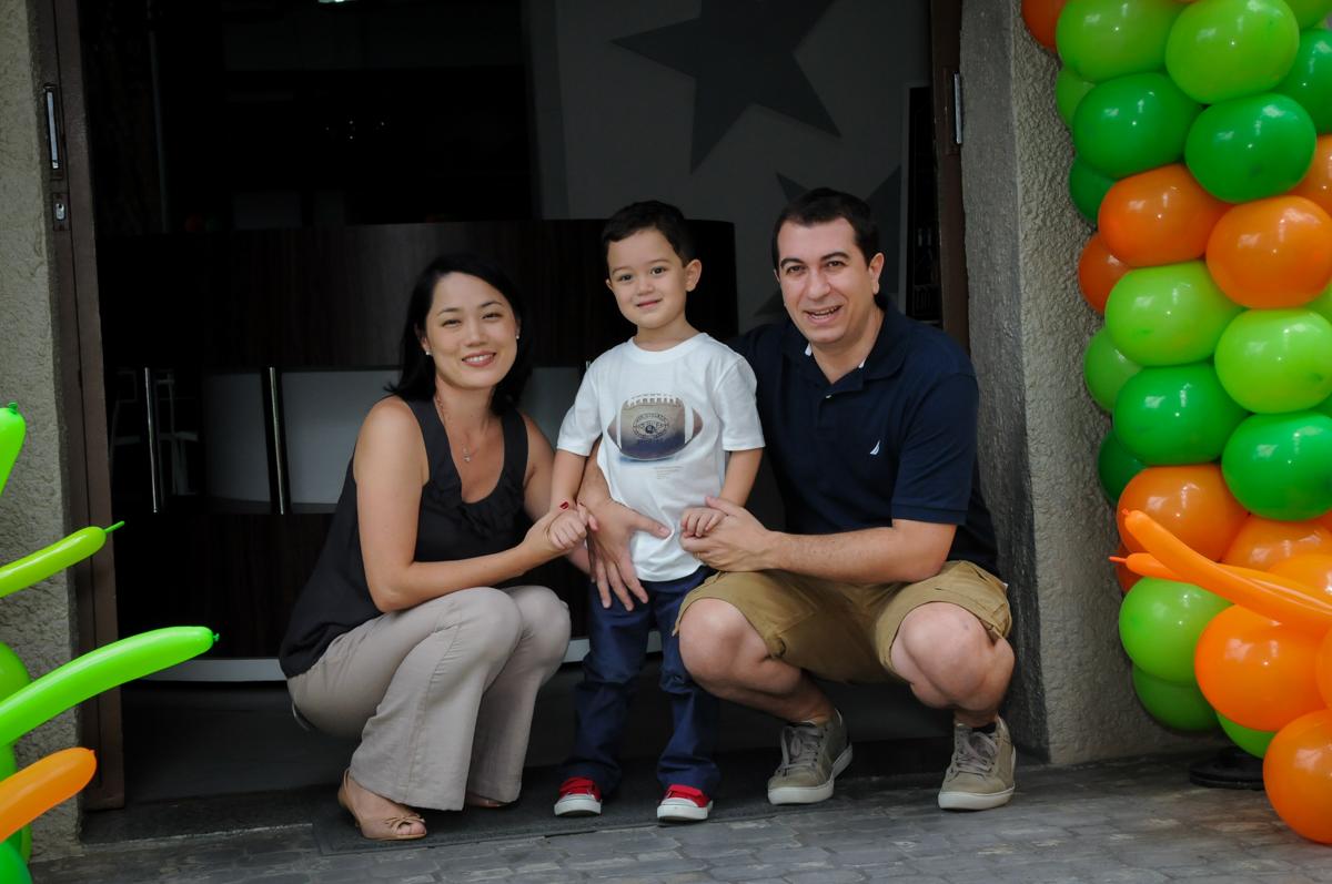 fotografia da família na FestaInfantil, fotografia infantil aniversário de Rafael 3 anos tema da festa Dinossauros no Buffet Mago Ra Tim Boom, Saúde, SP