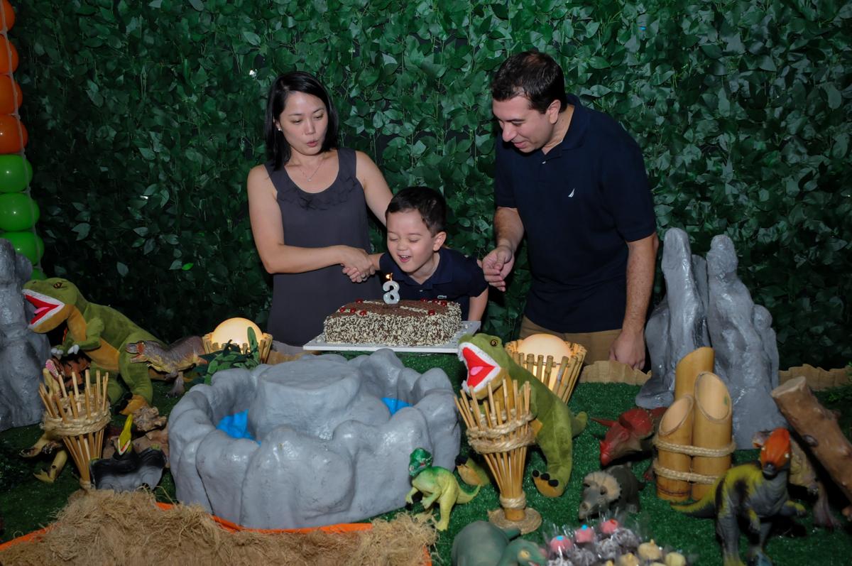 soprando a vela do bolo na FestaInfantil, fotografia infantil aniversário de Rafael 3 anos tema da festa Dinossauros no Buffet Mago Ra Tim Boom, Saúde, SP