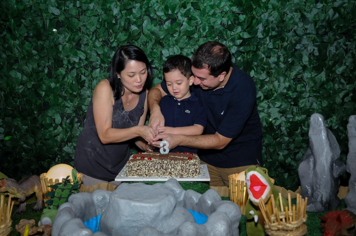cortando o primeiro pedaço de boli na FestaInfantil, fotografia infantil aniversário de Rafael 3 anos tema da festa Dinossauros no Buffet Mago Ra Tim Boom, Saúde, SP