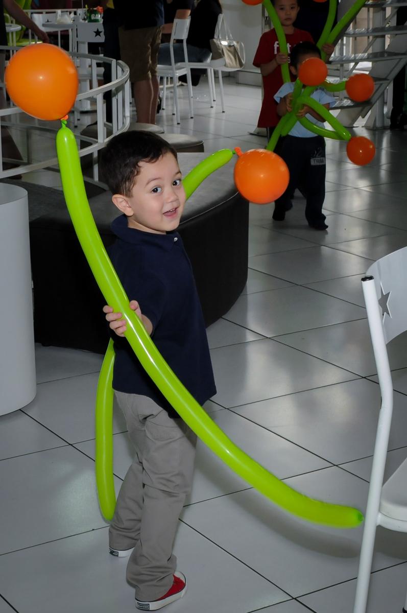 brincando com balão de bexigas na FestaInfantil, fotografia infantil aniversário de Rafael 3 anos tema da festa Dinossauros no Buffet Mago Ra Tim Boom, Saúde, SP