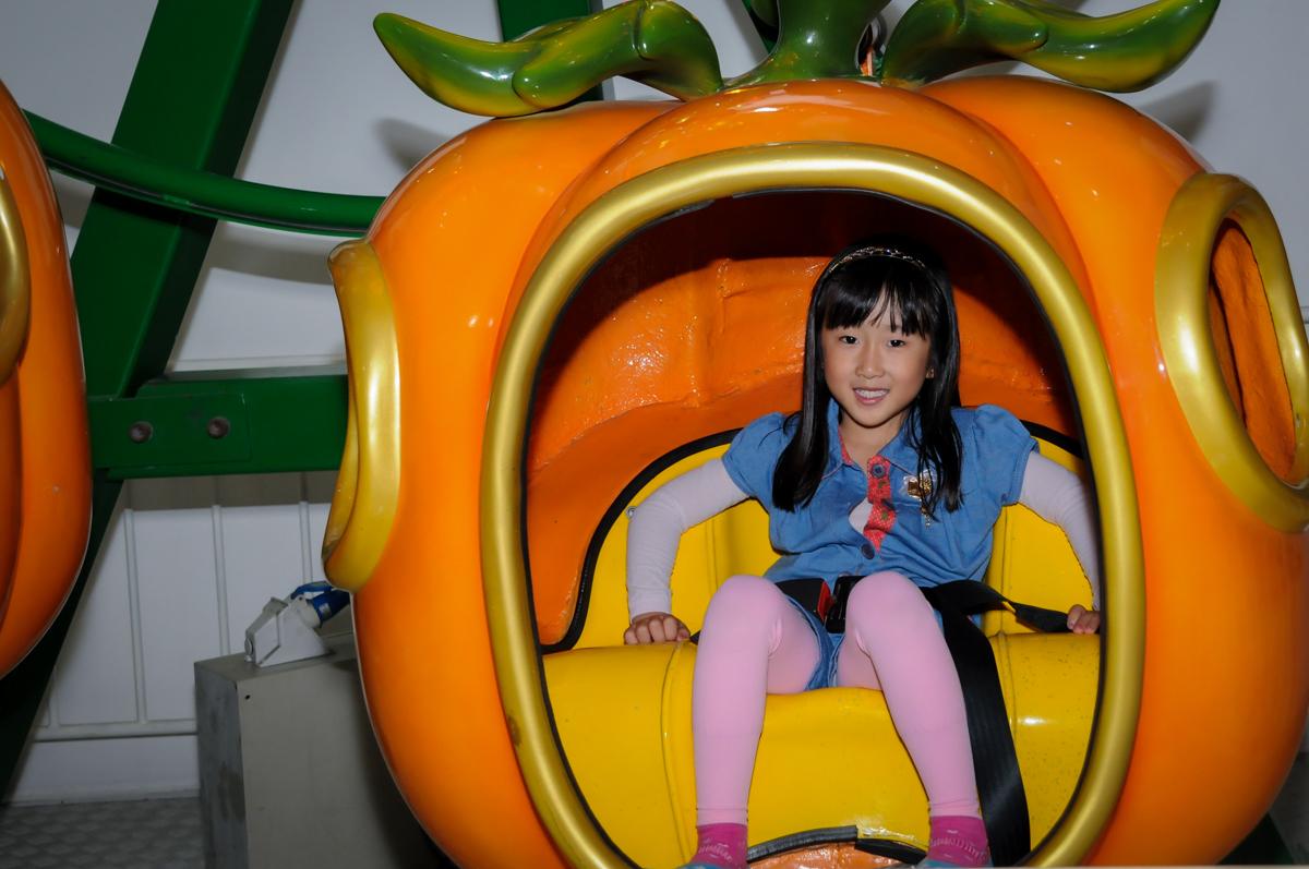 hora de brincar no carrossel na FestaInfantil, fotografia infantil aniversário de Rafael 3 anos tema da festa Dinossauros no Buffet Mago Ra Tim Boom, Saúde, SP