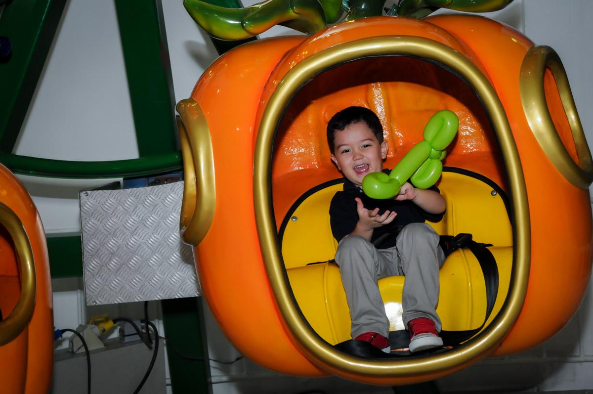 final de festa no carrossel na FestaInfantil, fotografia infantil aniversário de Rafael 3 anos tema da festa Dinossauros no Buffet Mago Ra Tim Boom, Saúde, SP