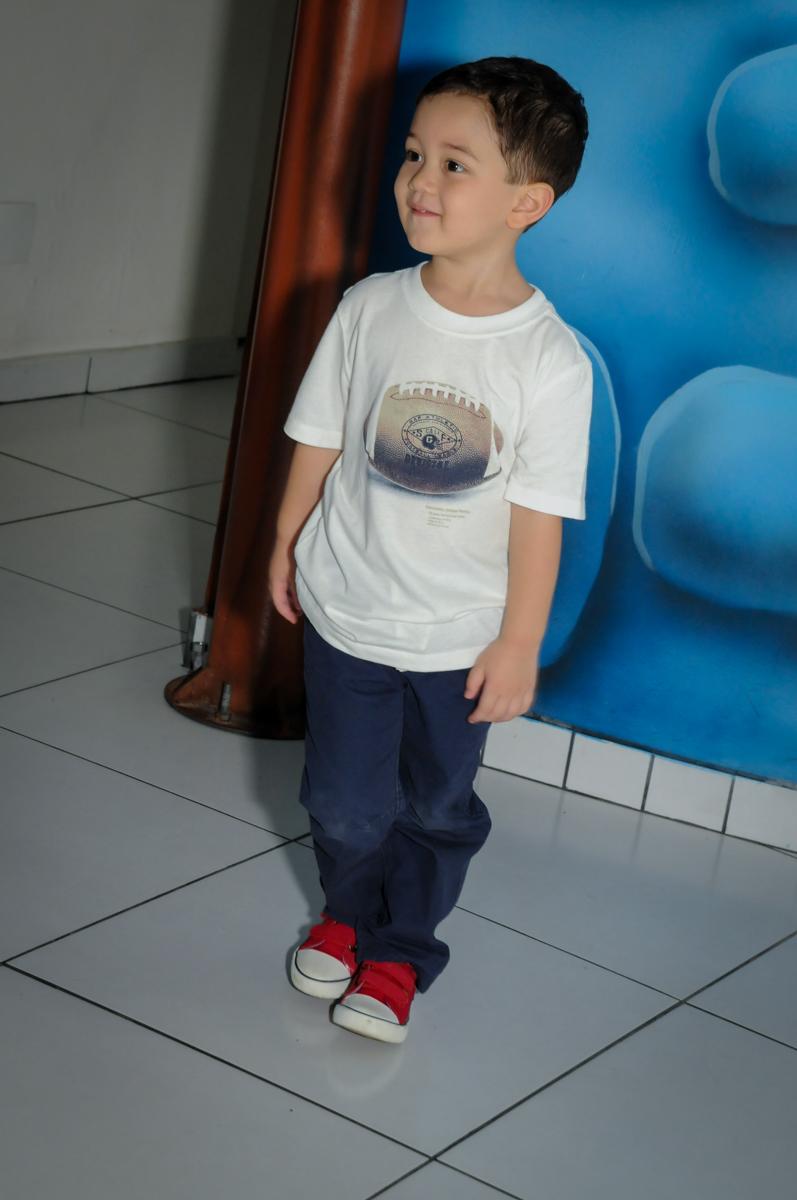 Fotografia do aniversariante na FestaInfantil, fotografia infantil aniversário de Rafael 3 anos tema da festa Dinossauros no Buffet Mago Ra Tim Boom, Saúde, SP