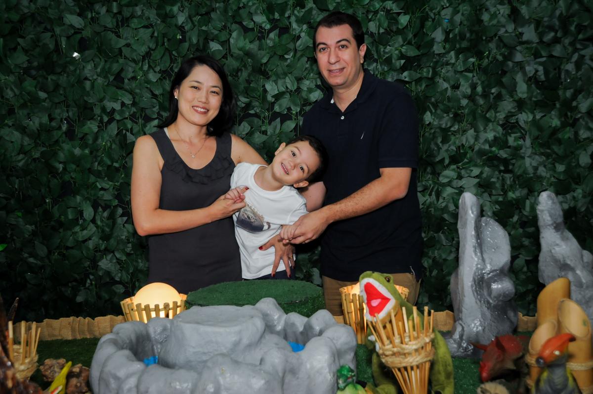 família é fotografada na FestaInfantil, fotografia infantil aniversário de Rafael 3 anos tema da festa Dinossauros no Buffet Mago Ra Tim Boom, Saúde, SP