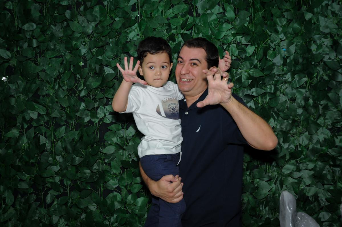 fotografia pai e filho na Festa Infantil, fotografia infantil aniversário de Rafael 3 anos tema da festa Dinossauros no Buffet Mago Ra Tim Boom, Saúde, SP