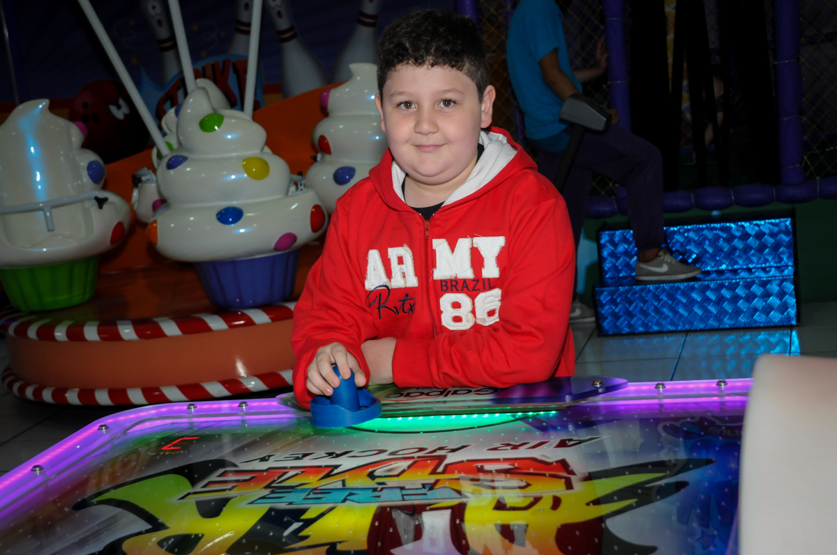 jogo de futebol na Festa infantil fotografia infantil aniversário de Arthur 10 anos e Marina 8 anos, buffet Magic Joy, Saude, SP, tema da festa cartoon