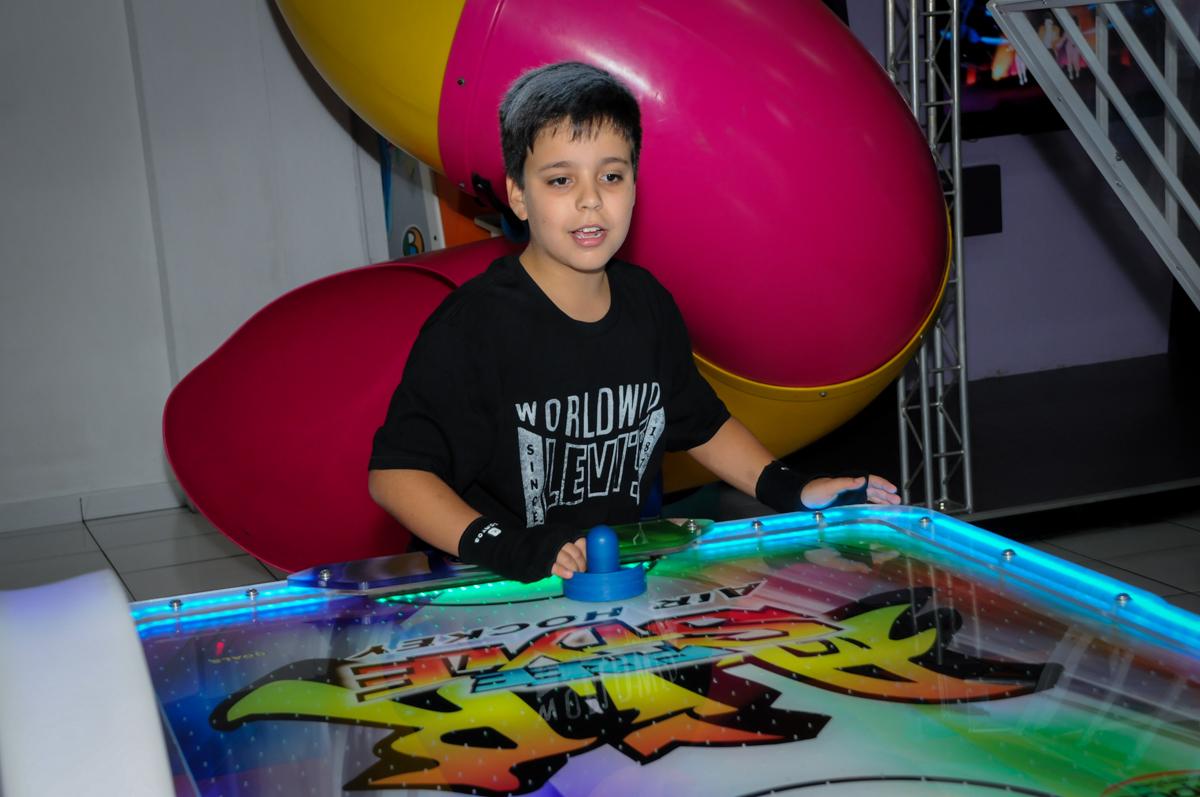 aniversariante jogando futebol demesa na Festa infantil fotografia infantil aniversário de Arthur 10 anos e Marina 8 anos, buffet Magic Joy, Saude, SP, tema da festa cartoon