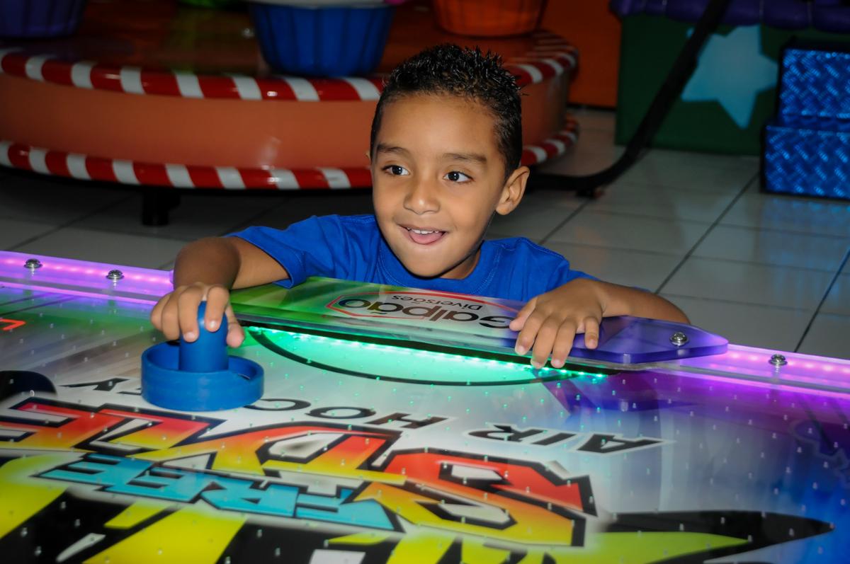 jogo de futebol divertido na Festa infantil fotografia infantil aniversário de Arthur 10 anos e Marina 8 anos, buffet Magic Joy, Saude, SP, tema da festa cartoon